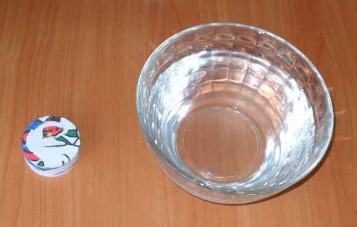 Сжатое полотенце и вода для размачивания