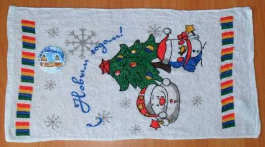 Отжатое полотенце, расправленное на столе