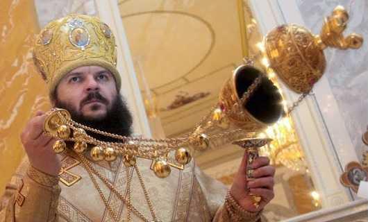 Священник с кадилом