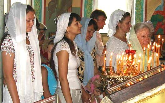 Прихожане в храме во время богослужения